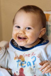 Un bambino sporco dopo aver mangiato la pappa