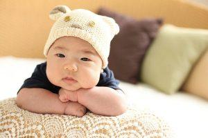 Un bel bambino neonato che si guarda avanti