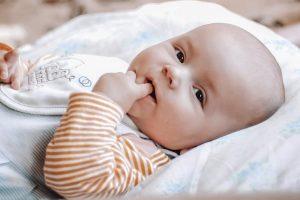 Un bambino col dito in bocca