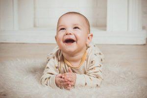 Un neonato che sorride