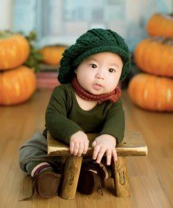 Bambino piccolo in mezzo alle zucche