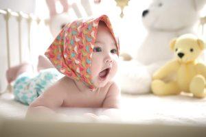 Neonato col fazzoletto in testa