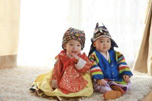 Bambini con abiti orientali
