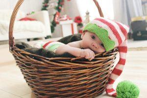 Bambino nella cesta con lungo cappello