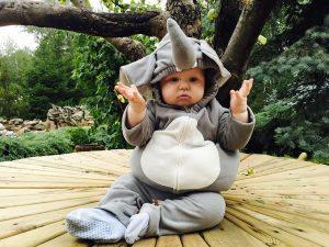 Un bambino vestito da elefante