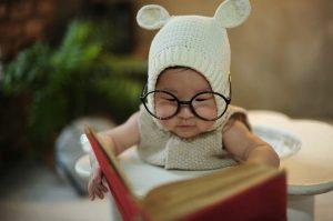 Un bambino che finge di leggere