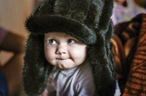 Un bambino con cappello invernale