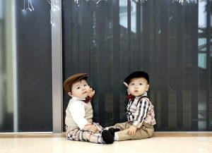 Due bambini vestiti come se fossero adulti