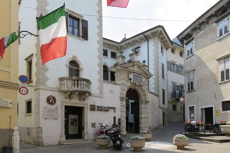 Piazza Cantone ad Ala, in provincia di Trento (foto di Lungoleno via Wikimedia Commons)