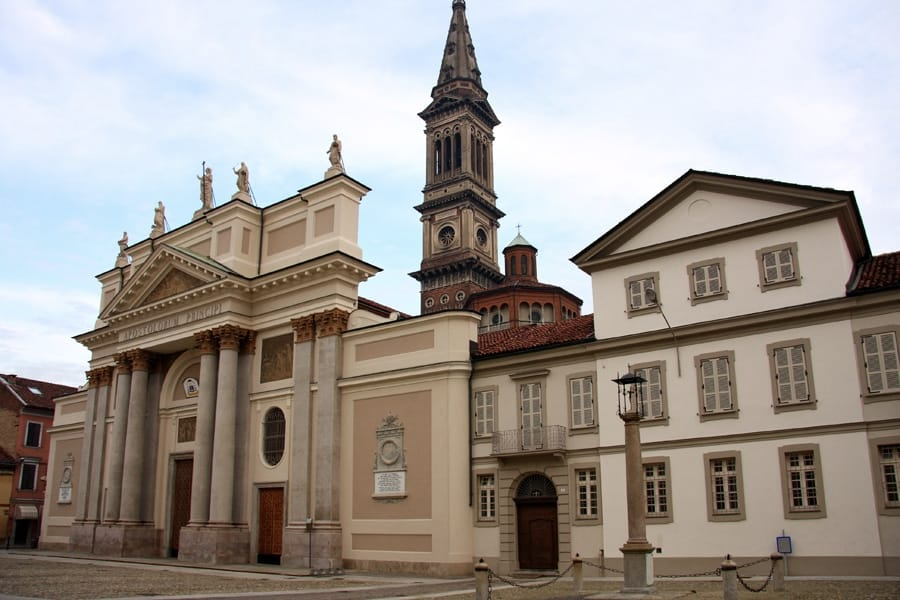 Piazza Duomo ad Alessandria (foto di Alessandro Vecchi via Wikimedia Commons)