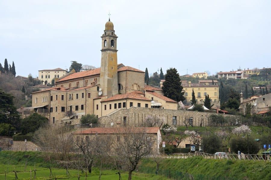 Una veduta di Arquà Petrarca (foto di Alessandro Vecchi via Wikimedia Commons)