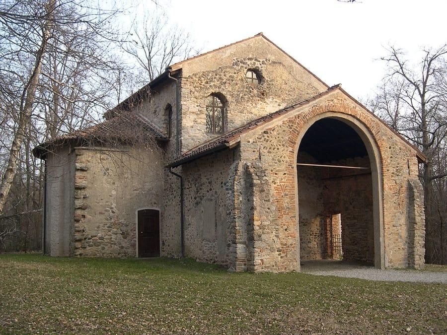 La Chiesa di Santa Maria fuori porta a Castelseprio (foto di Adelchi via Wikimedia Commons)