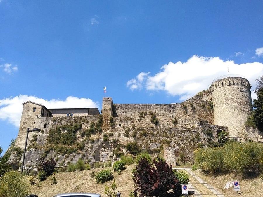 La rocca di Castrocaro (foto di AlessandroB via Wikimedia Commons)