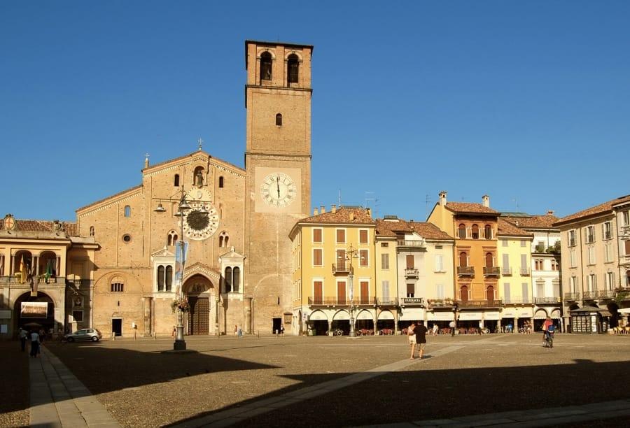 Piazza Duomo a Lodi (foto di Gabriele Zuffetti via Wikimedia Commons)