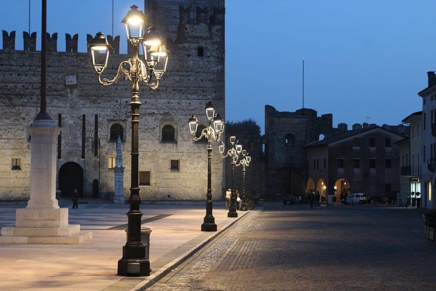 La piazza di Marostica di sera
