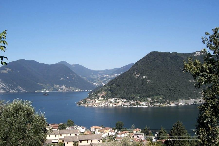 Monte Isola sul Lago d'Iseo (foto di Luca Giarelli via Wikimedia Commons)