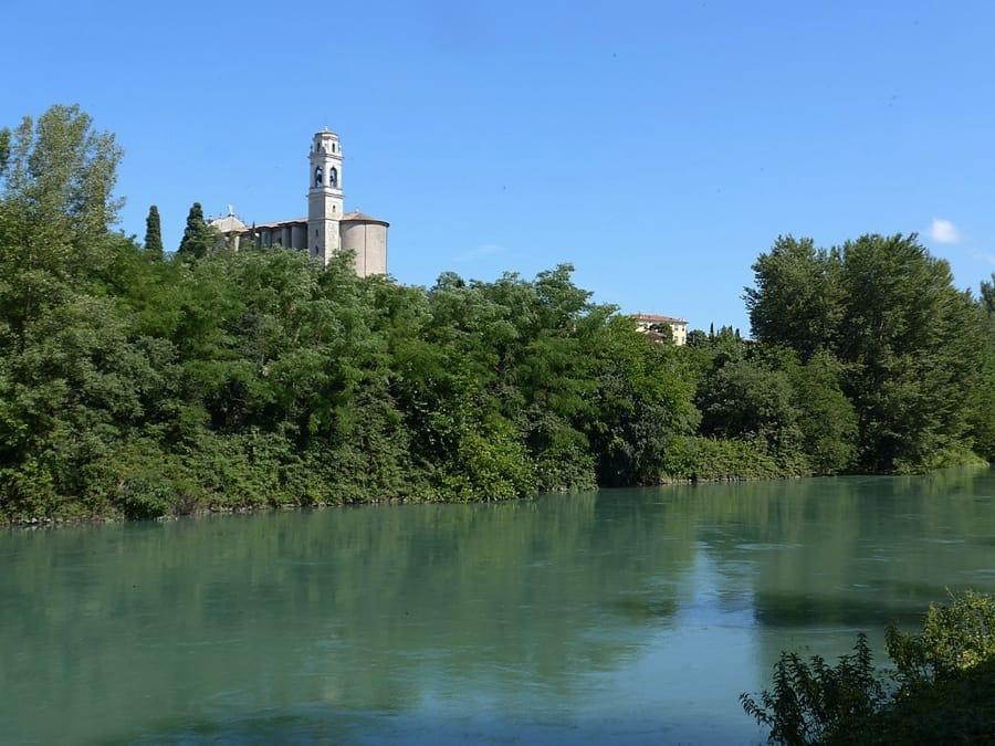 Il fiume Mincio vicino a Monzambano (foto di Massimo Telò via Wikimedia Commons)