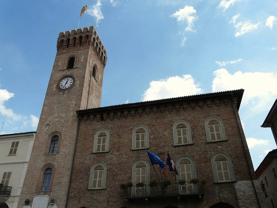 Il Municipio di Nizza Monferrato (foto di Davide Papalini via Wikimedia Commons)