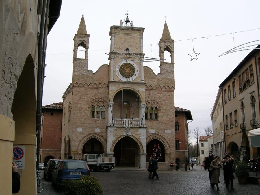 Il caratteristico municipio di Pordenone