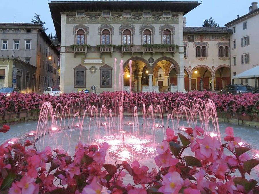 Piazza Rosmini a Rovereto (foto di Lungoleno via Wikimedia Commons)