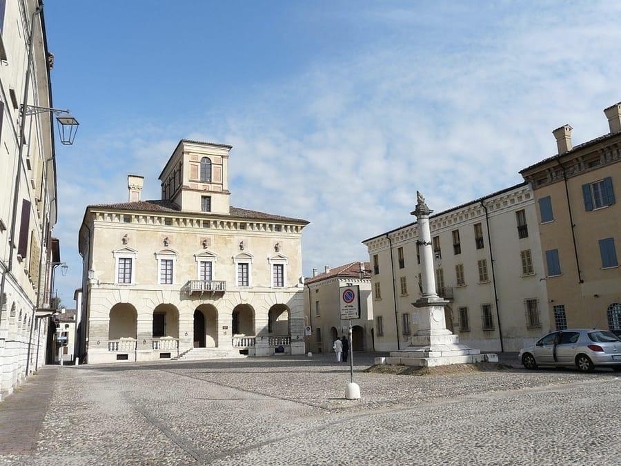 Piazza Ducale a Sabbioneta (foto di Davide Papalini via Wikimedia Commons)