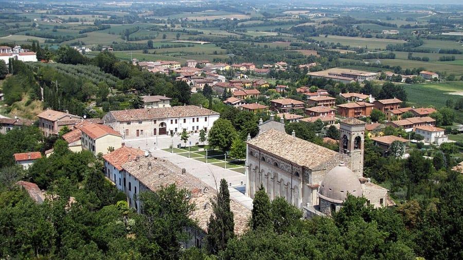 Veduta aerea di Solferino (foto di Murdockcrc via Wikimedia Commons)