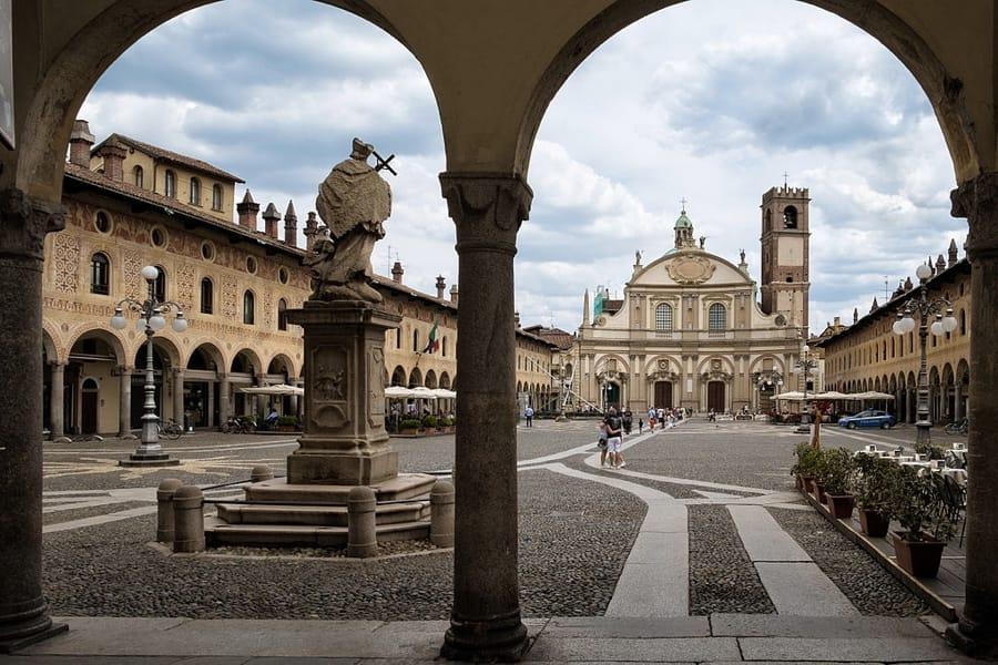 Piazza Ducale a Vigevano (foto di Francesco Vignati via Wikimedia Commons)