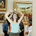 Ragazza che fotografa di Michelangelo Pistoletto, esposta al Louvre nel 2013 (foto di Jean-Pierre Dalbéra via Flickr)