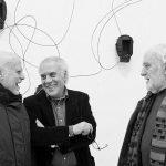 Mimmo Paladino, al centro, con Enzo Di Martino e Ferdinando Scianna (foto di Barba4755 via Wikimedia Commons)