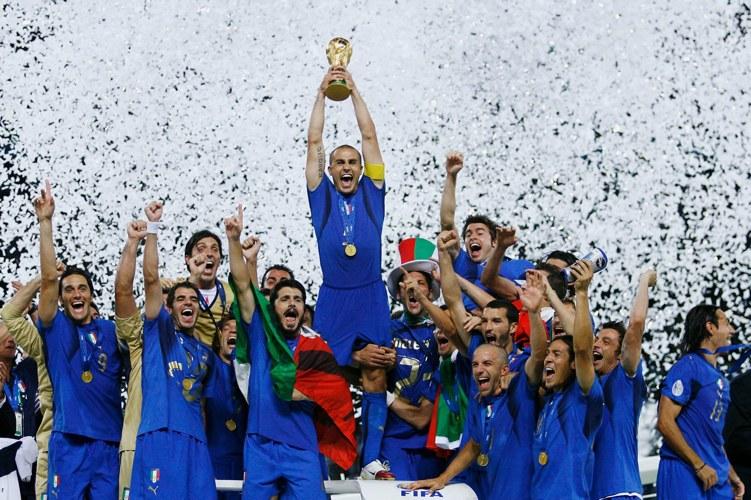 Fabio Cannavaro solleva la coppa del quarto dei Mondiali vinti dall'Italia, nel 2006