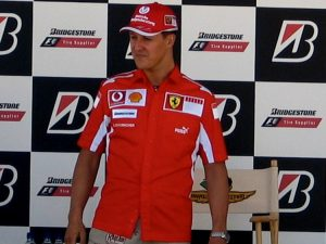 Michael Schumacher nel 2005 (foto di Chris J. Moffett via Wikimedia Commons)