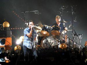 Eddie Vedder dei Pearl Jam in concerto a Brooklyn (foto di Lugnuts via Wikimedia Commons)