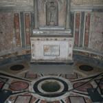Interno del Tempietto di San Pietro in Montorio, nel luogo in cui sarebbe stata piantata la croce di San Pietro