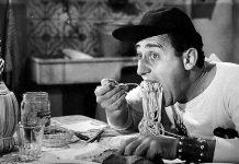 """Alberto Sordi, che spesso nei suoi film ha parlato dei piatti tipici romani, in """"Un americano a Roma"""""""