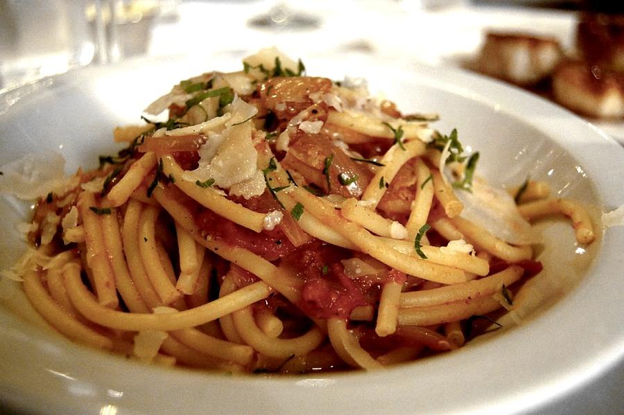 Un piatto di bucatini all'amatriciana (foto di stu_spivack via Flickr)
