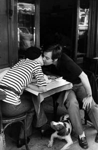 Il bacio fuori da un caffè immortalato da Henri Cartier-Bresson