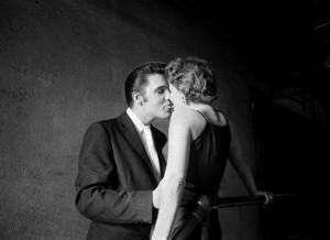 La foto del '56 col bacio alla francese di Elvis Presley