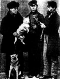 Friedrich Louis Dobermann, primo a sinistra in questa vecchia foto