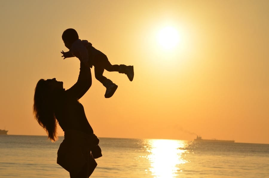 Una babysitter e il suo bambino