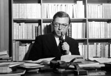 Jean-Paul Sartre al suo tavolo da lavoro