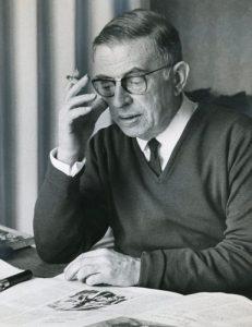 Sartre intento a leggere