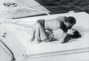 Una delle più famose foto di innamorati che si baciano, con Elizabeth Taylor e Richard Burton