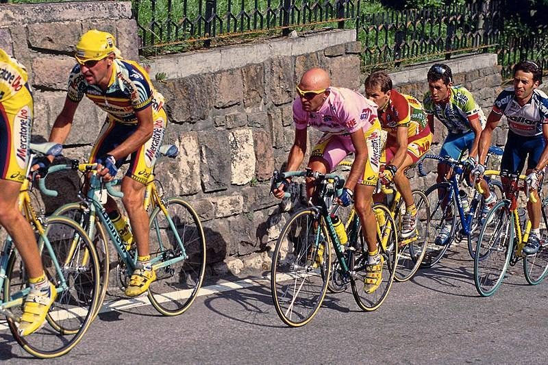 Marco Pantani al Giro d'Italia (foto di Brian Townsley modificata da Petar Milošević, via Flickr)