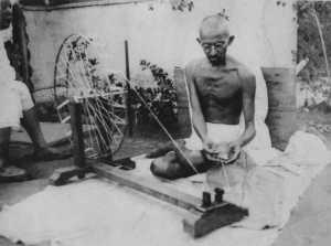 Il Mahatma Gandhi all'arcolaio