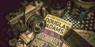Viaggio alla scoperta dei migliori libri di fantascienza, compresa la Guida galattica per autostoppisti di Douglas Adams