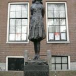 La statua di Anna Frank posta davanti alla sua casa