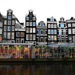 Il mercato dei fiori galleggiante di Amsterdam (foto di zak mc via Flickr)