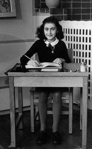 Anna Frank nel 1940, mentre frequentava la Scuola Montessori di Amsterdam