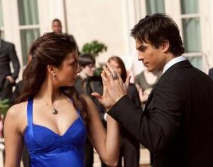 Elena e Damon in una scena della serie