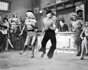 Gene Kelly impegnato in uno dei suoi famosi balletti